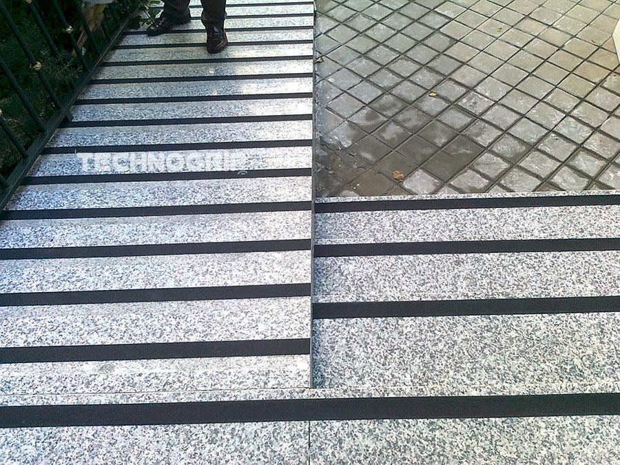 Tiras antideslizantes para rampas transportes de paneles - Pavimentos exteriores antideslizantes ...